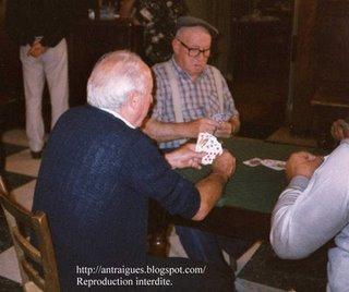 Félicien qui joue aux cartes
